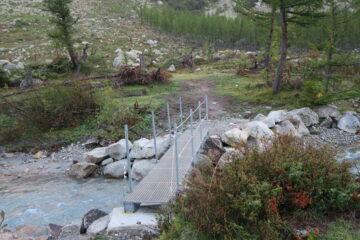 il robusto ponte di metallo che permette di oltrepassare il torrente