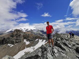 Foto di vetta con dietro Plateau Rosa e Monte Rosa coperto.