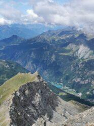 Cresta della Becca d'Aran vista dalla vetta, con il Lago di Maen.