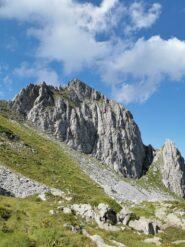 Monte Chiamossero; alla sua destra si vede uno dei due colletti da risalire e superare.