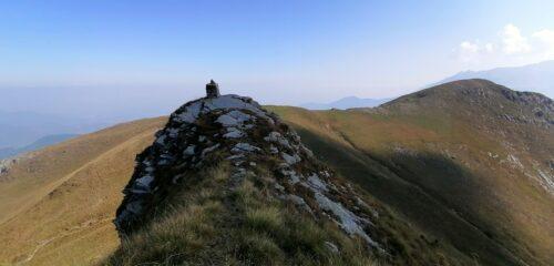 Ometto sul Monte Balur e dietro il Monte Testas