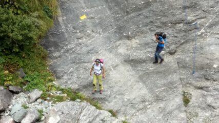 Sentiero nel tratto che attraversa il torrente con corde fisse