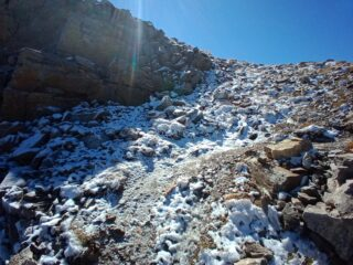 sentiero della Bassa in uscita sul crestone, brevemente ghiacciato, ma in discesa già tutto sciolto...