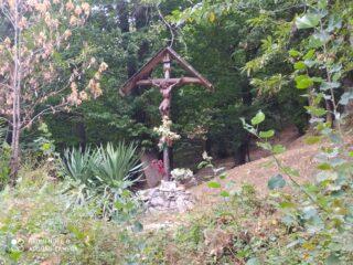 Una bella croce nel bosco nel tratto asfaltato che collega Mondagnola a Frabosa Soprana.