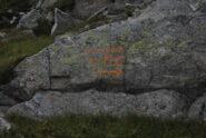 Al Lago Giaspret, l'indicazione per la scorciatoia al Monte Cresto