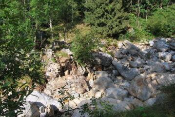 I resti del ponte sul Cervo a Pianlino, dove il sentiero attraversava il torrente