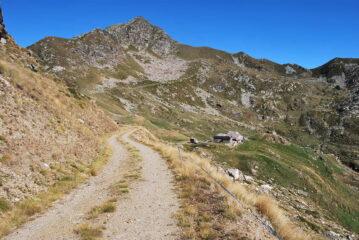 Arrivando a La Bequeraz. Sullo sfondo Mont Roux e Colle della Lace