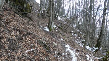 qualche macchia di neve a quota 1450 m salendo verso l'Antola