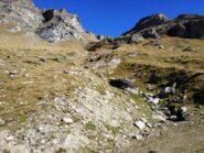 Il canale di salita visto dal basso, si esce a quota 2800 m e si trovano ometti fino in cima.
