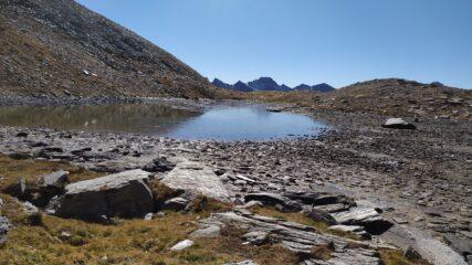 Il lago e all'orizzonte Rocca la Marchisa