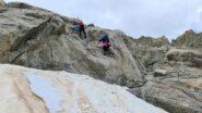 passaggi attrezzati su un gradone roccioso salendo verso la Cabane du Trient