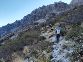 Dal bivio in Val di Sea per il Passo dell'Ometto. Si cammina sulla brina.
