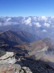 Uno sguardo verso la Val Pellice. Quai a perpendicolo, il Vallone e l'alpe della Ciabraressa