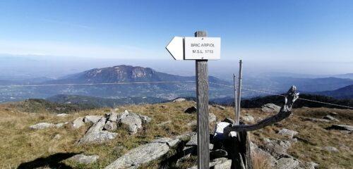 Bric d'Arpiol con dietro il Monte Bracco