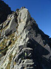 Il gendarme triangolare: ben evidente la fessura ascendente verso dx che porta sul versante nord