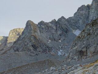 La Guglia di Manzone e tutta la cresta percorsa, dominante l'ormai malconcio ghiacciaio di Peirabroc