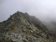 dal colle il primo risalto roccioso è facilmente superabile su traccia a sinistra sotto cresta