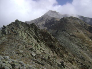 tornato al colle una tregua della nuvolosità mi concede di rivedere la cresta salita e discesa.