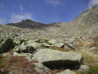 al centro il colle, più a sinistra la Tete, visti dalla conca prima dell'ultima salita su pietraia