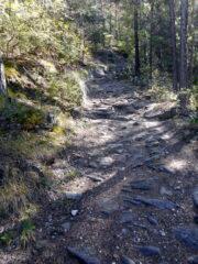 sentiero a tratti pietroso