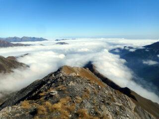 dalla cima mare di nubi verso valle