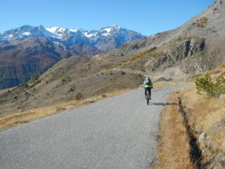 il tratto su asfalto verso lo sterrato che sale al Col de Buffère