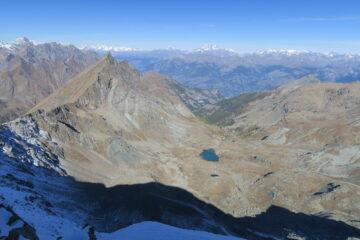 sulla sinistra il Col d'Etsely, il Mont Rafray. Al centro il vallone di discesa con il lago Medzove