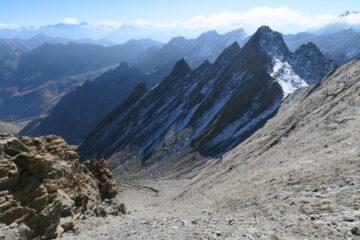 il comodo (per scendere) canale di sfasciumi che mi ha evitato di seguire la cresta fino al Col di Belle Combe (a destra nella foto)