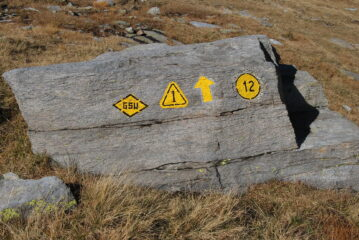 Sentiero multi-identità per i Colli di Loo e Lazouney; manca la targa Sentieri del Lys (SdL)
