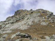 anche se la cresta è breve, dal colle il percorso è più agevole mantenendosi leggermente più bassi sul versante italiano, soprattutto in caso di neve o roccia umida.