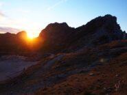 Il sole sorge dietro la cresta su cui passa la Falcipieri.